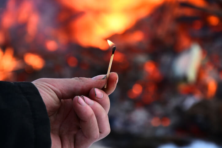 夢占い 火事 放火する