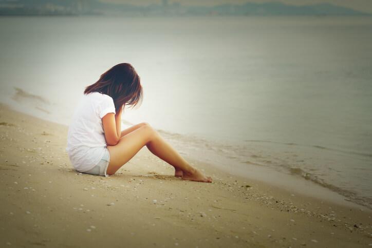 不運 復縁できない人 落ち込む 悲しい女性 失恋 占い